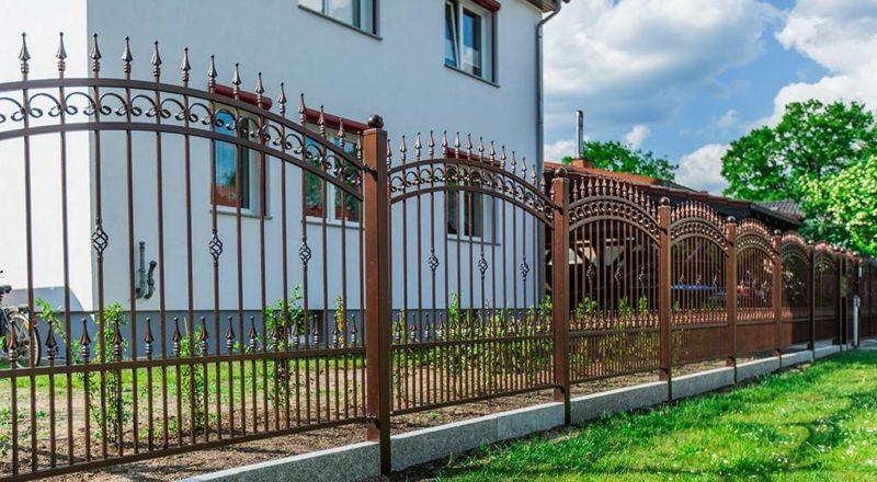 Klassischer Schmiedezaun aus Polen-details